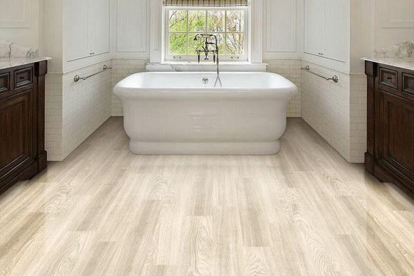 Виниловая плитка для светлой ванной